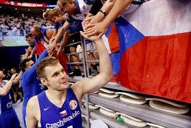Jaromír Bohačík děkuje českým fanouškům po výhře nad Polskem