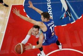 Jaromír Bohačík se v utkání Česka s Polskem snaží ubránit nájezd soupeře