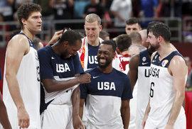 Američtí basketbalisté slaví výhru nad Polskem v zápase o sedmé místo na MS