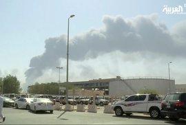 Hořící ropná zařízení Abkajk a Churajs v Saúdské Arábii