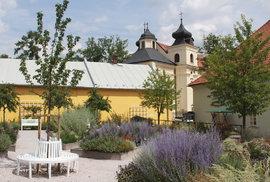 Zahrada plná bylin, muzeum cyklistiky a unikátní zvonkohra. To vše na jednom místě, vedle magického Kuksu