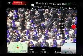 Transport vězňů v Číně zachytil dron.