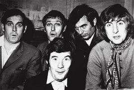 Společná fotka po jedné z prvních show v říjnu 1969. MONTHY PYTHONS – zleva: John CLEESE, Graham CHAPMAN, Terry JONES, Eric IDLE. V popředí Michael PALIN, Terry GILLIAM je mimo obraz.