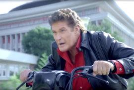 Knight Rider je zpátky! David Hasselhoff je své ikonické roli pronásleduje zločince…