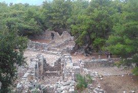 Pohled z výšky na trosky města Phaselis.