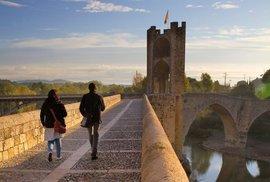 Obranný románský most z 11. století klenoucí se přes řeku Fluvià nalezneme ve španělském městečku Besalú