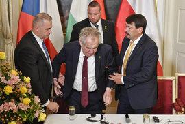 Summit V4 v Lánech: Prezidentovi Zemanovi pomíal i maďarský prezident János Áder.