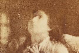 Historické fotografie žen diagnostikované s hysterií v různých fázích této chorby