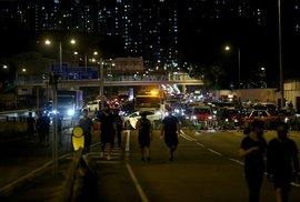 Proti zahalování obličeje v Hongkongu protestují tisíce lidí (4. 10. 2019)