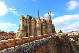Biskupský palác, v němž biskupové nikdy nesídlili. To je honosná Gaudího stavba ve…