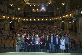 Tvůrci dokumentu Jednou skautem, navždy skautem, skautští činovníci a diváci slavnostní premiéry v pražské Lucerně