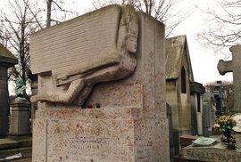 Oscar Wilde je pochován na hřbitově Père Lachaise v Paříži