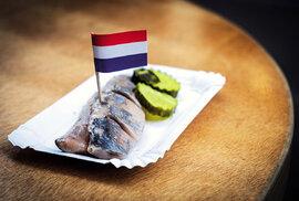 Slaneček, tedy herring, s naloženými okurkami a cibulí je zdejší streetfoodová stálice