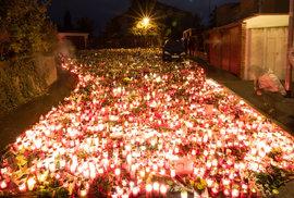 Nové poutní místo v Česku: Prostranství před Gottovou vilou na Bertramce zaplnily tisíce svíček