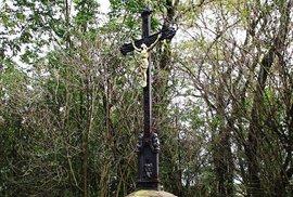 Kříž na vršku kopce