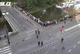 Pohřeb Karla Gotta v 9 hodin dopoledne. Za první hodinu se poklonily Mistrovi dva tisíce lidí.