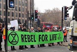 Klimatičtí aktivisté Extinction Rebellion blokádou v Praze rozzuřili řidiče