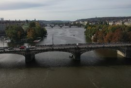 Gottův pohřeb pohledem z dronu: Nekonečný dav lidí stojí frontu až na Smíchov