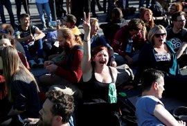 Aktivisté zablokovali v Praze magistrálu