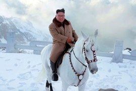 Kim stoupá na horu na bílém koni: Série bizarních fotografií může být předzvěstí velké akce severokorejského vůdce