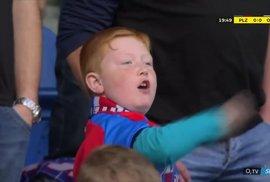 Jste jedničky! Malý fanoušek ukázal fotbalistům, co si o nich myslí. Jeho video baví…