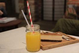 Průhledné sugar-cane brčko se vyrábí z cukrové třtiny.