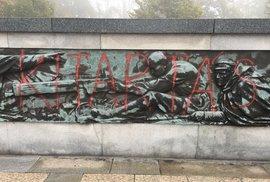 Památník sovětských vojáků a československých občanů, kteří padli při osvobozování Ostravy v roce 1945, polil neznámý pachatel v Komenského sadech v Ostravě červenou barvou.
