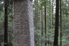 Hrubé reliéfy jsou typické pro pamětihodnosti éry středověké Bosny a Hercegoviny