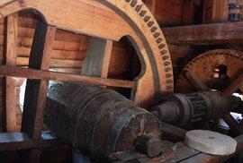 Kromě mlýnských kamenů je kompletní zařízení takřka výhradně ze dřeva