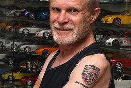 K šedesátým narozeninám si nadělil Svatopluk odvážný dárek. Na levou paži si nechal vytetovat logo Porsche.