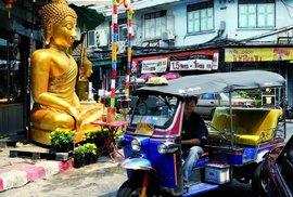 Socha Buddhy v čínské čtvrti ve starém Bangkoku. Tady už bylo o něco klidněji než v chrámovém areálu, kde byla hlava na hlavě a všude stánky s nejrůznějším zbožím.