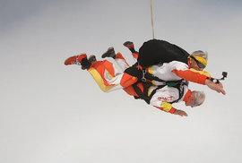 Skočit si s padákem ve 102 letech. Podívejte se na neuvěřitelný čin odbojáře a…
