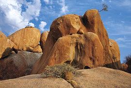 Balvany ve Spitzkoppe. V období sucha nečekejte bujnou vegataci. Ale kvůli ní se do Namibie nejezdí.
