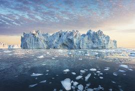 Je půlnoc, bezvětří ahladina je posetá úlomky ledu, mezi kterými naloďce kličkujeme kjednomu zobřích ledovců
