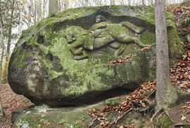 Mytická postava starověkých českých pověstí Horymír skáče nasvém bájném mluvícím koni Šemíkovi. Jeden ze čtyř desítek skalních reliéfů vytvořených amatérským sochařem Vojtěchem Kopicem vlese nedaleko jeho statku uvesnice Kacanovy naTurnovsku.