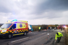 Tragická srážka autobusu s náklaďákem na Slovensku: 13 lidí zemřelo, v autobuse byli…
