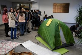 Studenti chtějí spát na univerzitě i druhou noc. Žádají odstoupení rektora Tomáše Zimy.