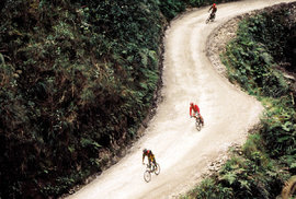 Zhruba po patnácti kilometrech opouštíme silnici s kvalitním potahem. Odbočujeme na starou hrbolatou stezku, která dříve spojovala La Paz s úrodnými údolími Yungas.