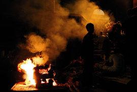 Fotoreportáž z Nepálu: Tělo patří ohni, duše zase vodě aneb Spalování zesnulých v …