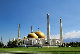 Mešita Türkmenbaly Ruhy, zdobená bílým mramorem a zlatými prvky, údajně největší mešita ve Střední Asii