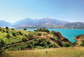 Tyrkysově modré jezero Čarvak