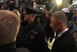 """Andrej Babiš (ANO) na Národní třídě 17. 11.2019. """"Hanba! Hanba!"""" křičeli na premiéra"""