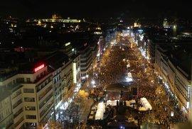 Václavské náměstí během 30. výročí sametové revoluce. U sochy sv. Václava v dolní části snímku probíhá Koncert pro budoucnost (17. 11. 2019)
