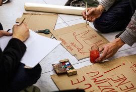 Podle transparentů se mohlo zdát, že jde spíš o protest proti  kapitalismu