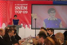 Nová předsedkyně TOP 09 Markéta Pekarová Adamová. Od poraženého soka Tomáše Czernina dostala kytici, od odcházejícího Jiřího Pospíšila růži (24.11.2019)