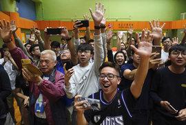 V nedělních místních volbách v Hongkongu ztratily propekingské strany většinu svých dosavadních pozic