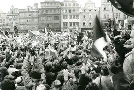 Dělníci ze Škodovky došli v pondělí 27. listopadu 1989 na náměstí Republiky, kde pak společně protestovali proti režimu s ostatními Plzeňany.