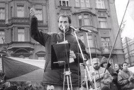 Vůdce Škodováků Josef Bernard promlouvá v pondělí 27. listopadu 1989 k lidem na náměstí Republiky.