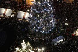 Strom se na Staroměstském náměstí slavnostně rozsvítil 30. listopadu v 16:30.