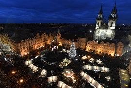Na Staroměstském náměstí se rozsvítil vánoční strom, má 22 metrů a 4,5 kilometru řetězu